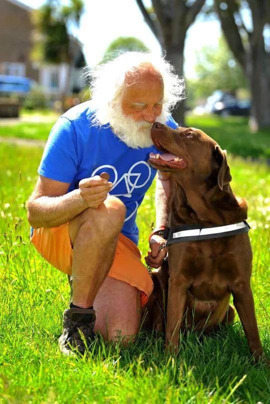 国外老头出门遛狗,竟然…遛回了一个古董
