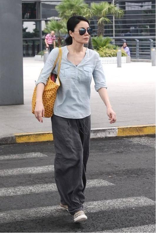 王菲穿搭挺随意的,衬衫配灯笼裤不修边幅,气质高级穿什么都好看