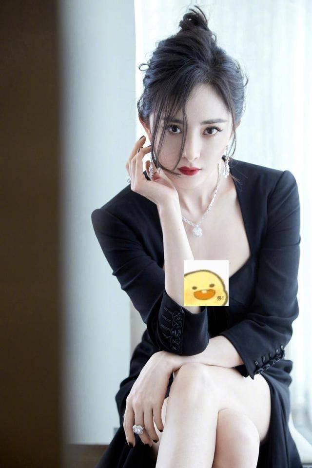 """杨幂不愧是尤物,穿小黑裙秀""""贵妇""""身材,性感中自带优雅气质"""