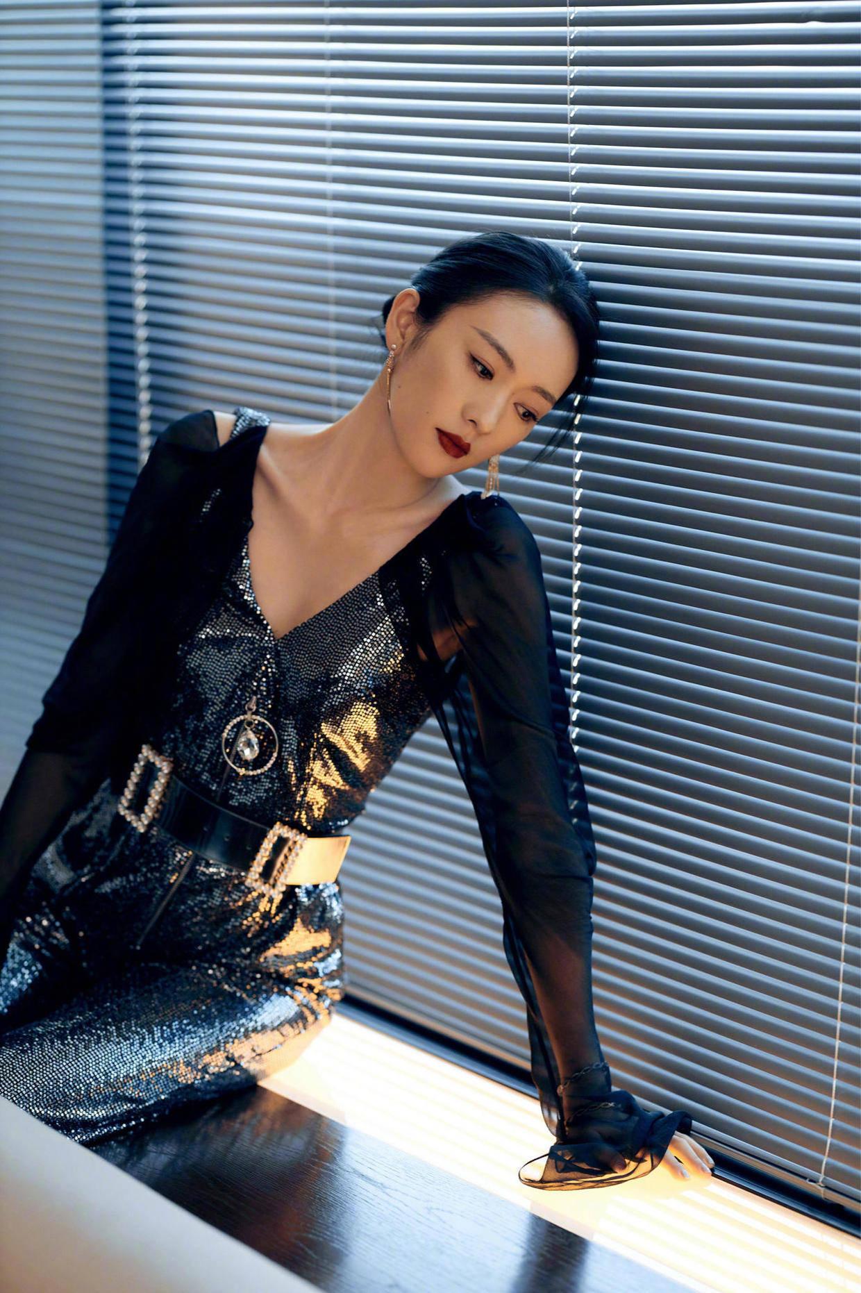 """原创             童瑶能""""火"""",是有原因的,身穿一袭黑色抹胸裙亮相,高级洋气"""