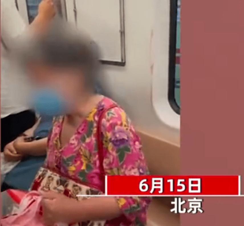 北京大妈在地铁上发飙,疯狂指责乘客不让座:年轻人该给老人让座