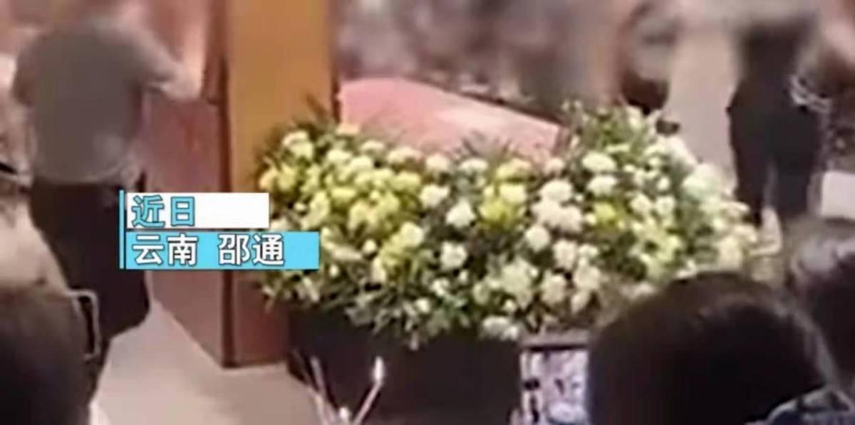 坟头蹦迪!云南一男子因病过世,亲友葬礼上却载歌载舞、很是欢快