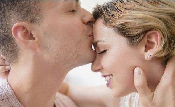 """夫妻""""甜蜜""""时,男性多碰女性3个部位,或许效果更佳"""