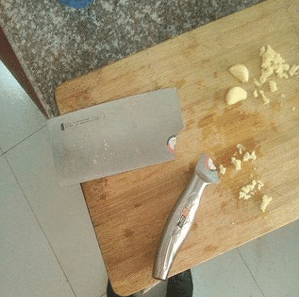 原創             女朋友做飯變「炸廚房」?拍蒜刀斷了,就想知道圖5怎麼做到的