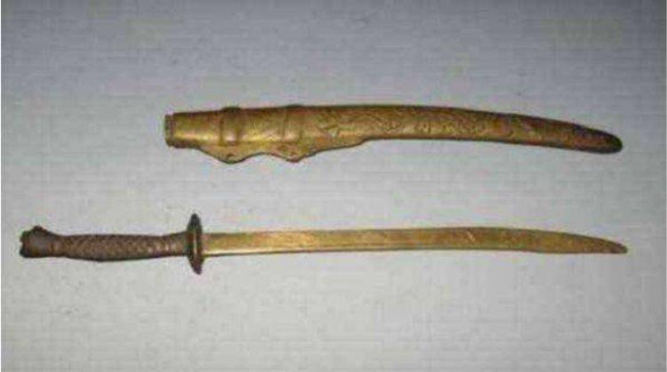 大爺帶「寶刀」鑑寶,稱是自家祖傳的,專家看到刀上的字肅然起敬