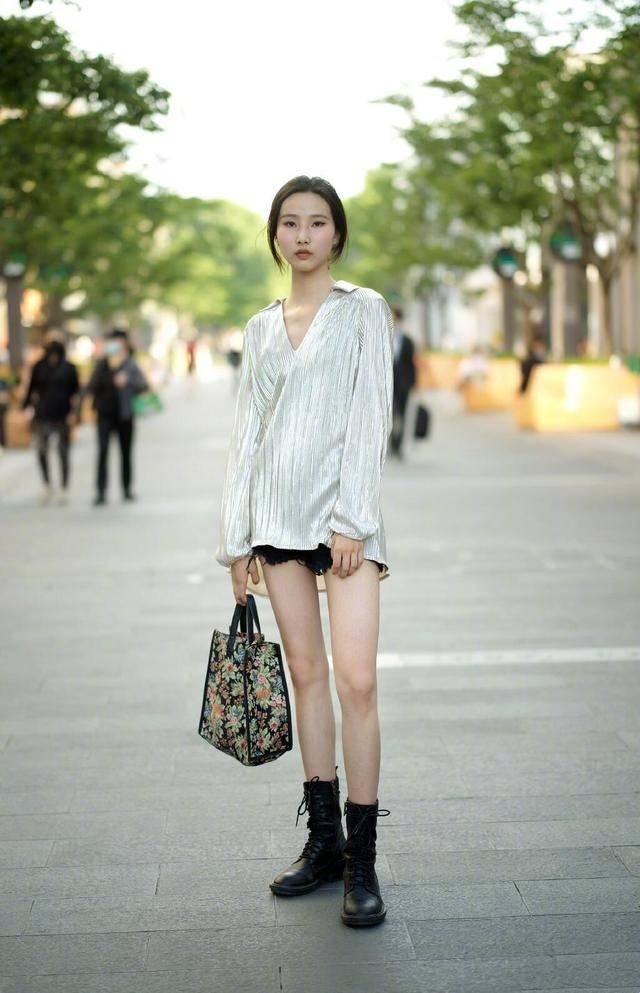 這才是今夏流行的打扮:「短褲+平底鞋」,顯高顯瘦顯腿長