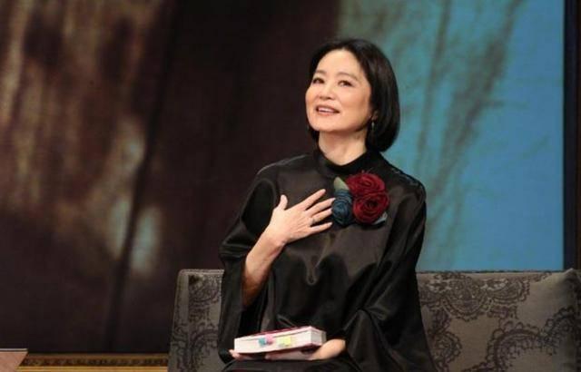 林青霞穿黑色裙配波波头短发,简约款穿出高级感,衣品太好了