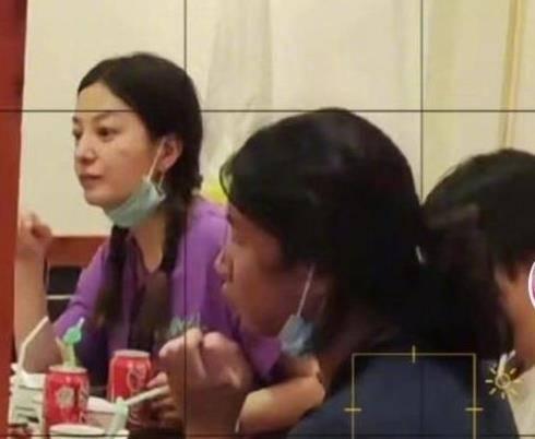 【赵薇素颜麻花辫造型超可爱】赵薇素颜吃饭 穿搭很接地气