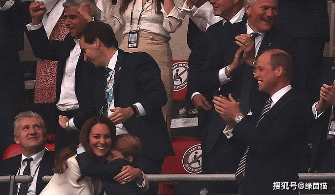 火了!乔治小王子目睹进球和丢冠,冰火两重天,被美女球迷抢镜_神话娱乐平台
