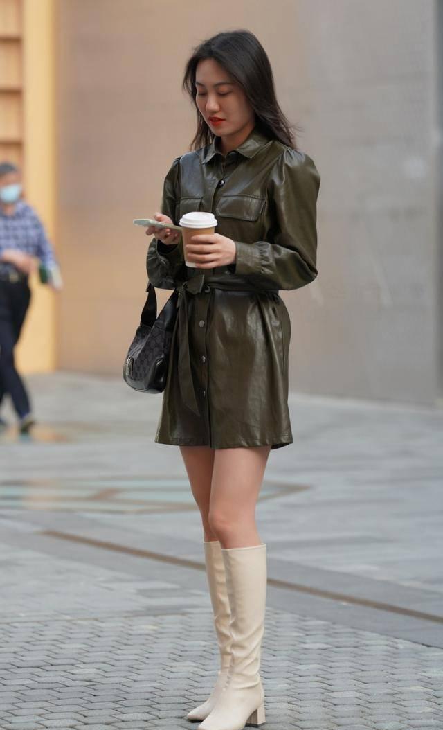 这是年轻女孩应该穿的衣服,西服,吊带裙和白小鞋,突显青春活力