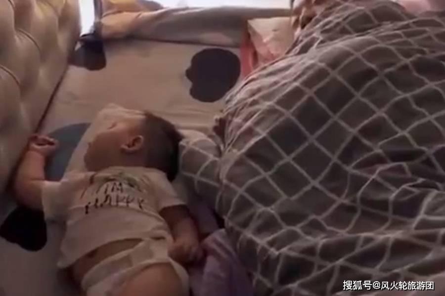 爸爸陪宝宝睡觉的画面,还能再不靠谱点吗,妈妈无语