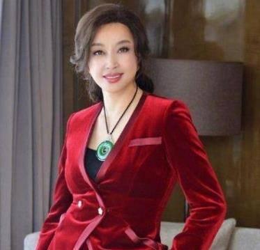 刘晓庆戴翡翠平安扣典雅贵气!高品质的翡翠平安扣都具备哪些特点