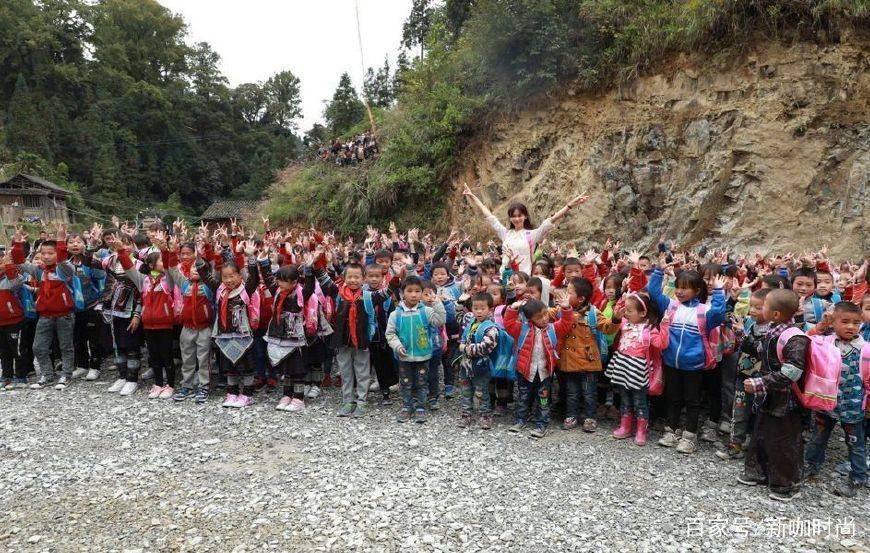 """正能量!43岁林志玲穿着朴素做公益,与孩子们互动似""""天使"""""""