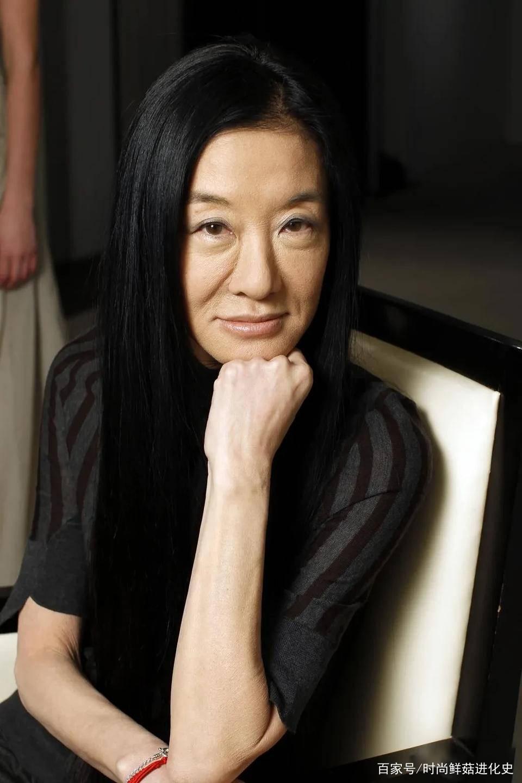 过了60岁的女人,别再留黑长直了!这3款卷发,蓬松时髦不老气