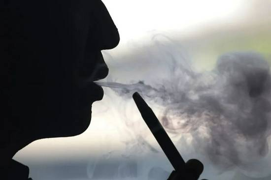 大赢家棋牌但对这种危害更小的电子烟不能比烟草专卖更严格