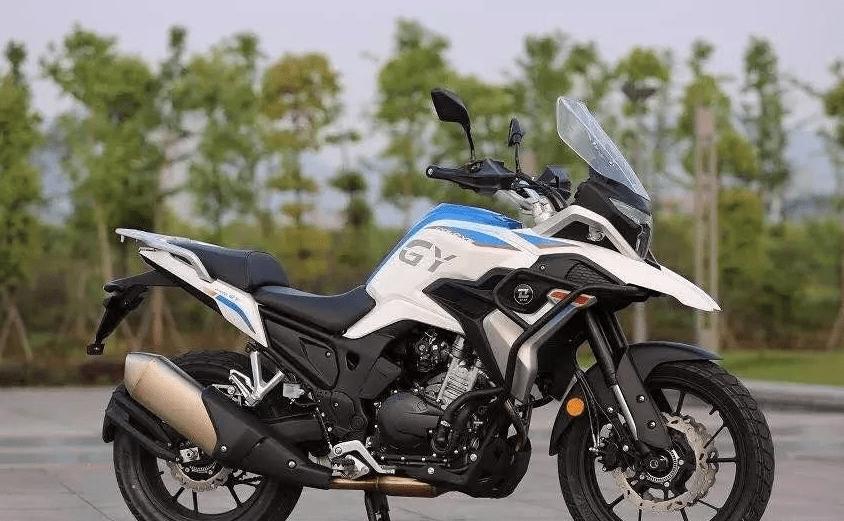 国产多功能摩托车!400CC双缸水冷动力,独立ABS,200mm离地间隙