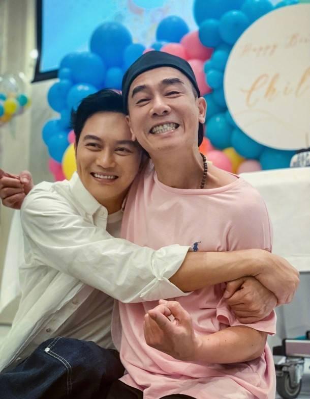 奇兰实际上在陈小春生日的时候抱着他 袁咏仪嫉妒了 发了一条信息 被应采儿买走了