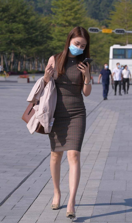 连衣裙彰显出属于自己的青春气息,靓丽而优雅