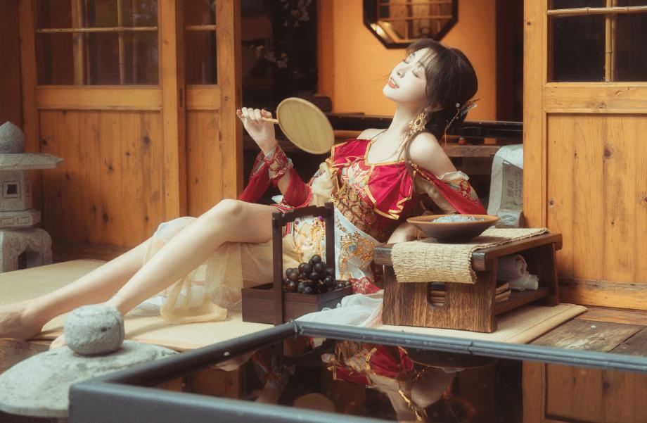 图片[2]-大热天穿汉服太闷?美女Coser展示清凉款汉服,高叉低胸还是一身汗-妖次元