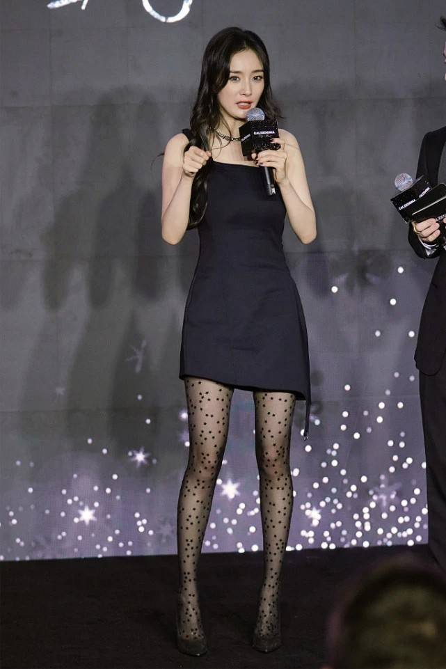 """不愧是杨幂,把星星图案丝袜穿出高级感,配小短裙展露""""曲线美"""""""