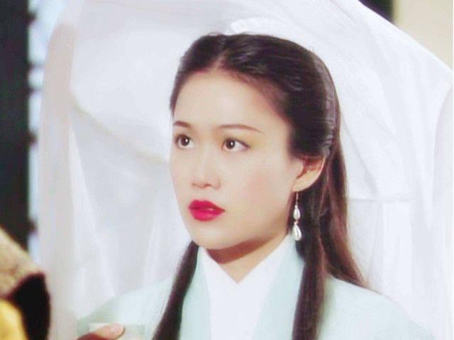 21岁时 她获得了香港小姐的第三名 当她走红时 她嫁给了一个6岁的丈夫 现在她已经结婚19年了 仍然爱着她