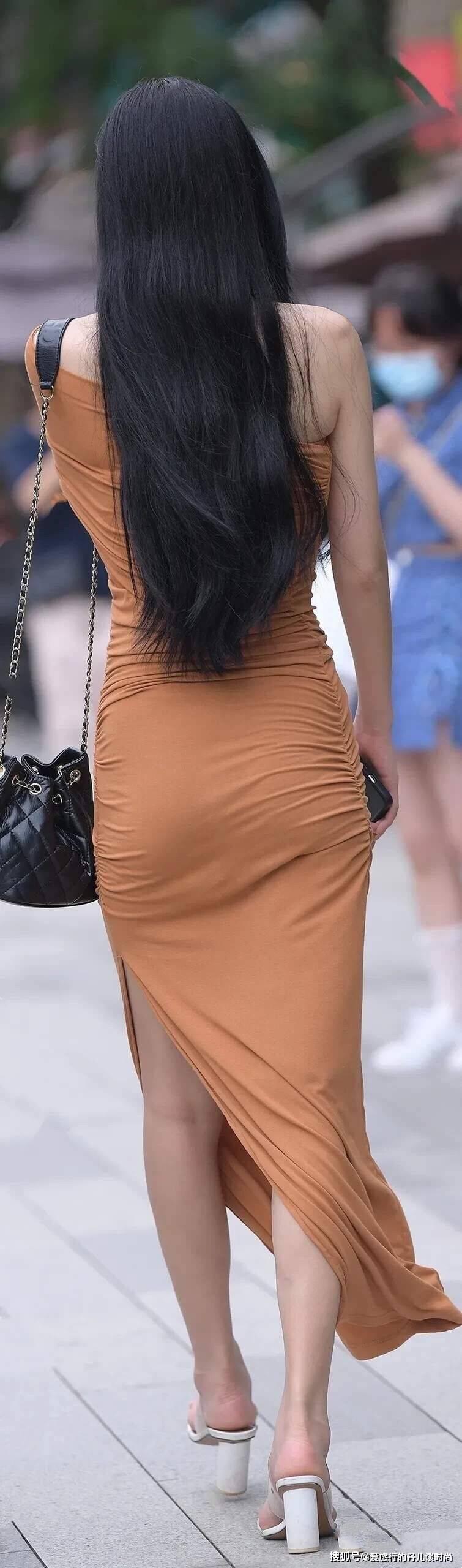 身材好的美眉千万别错过修身斜肩连衣裙,看似出格却美成视觉焦点
