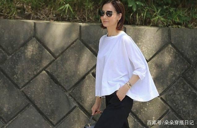 52岁富冈佳子老得体面优雅,极简风穿搭搭配珍贵饰品,高级感满满