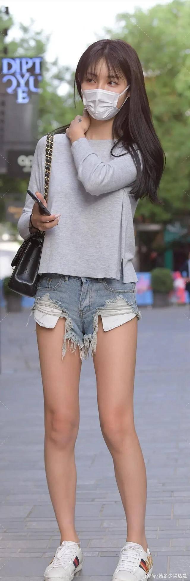 靓丽闪耀的打底裤穿出别样风采,衬托出一双美腿,青春阳光