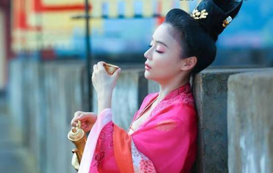 古装美女借酒消愁 陈乔恩、张馨予、黎姿谁最美?