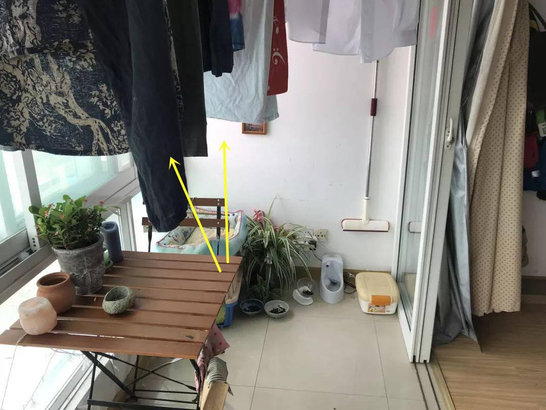 邻居太贪心,只有一个阳台,他装折叠晾衣架,一边晾晒一边改书房!