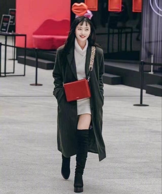 小个子进行穿搭也可以选择一个长筒靴,非常的韩风,而且也十分保暖