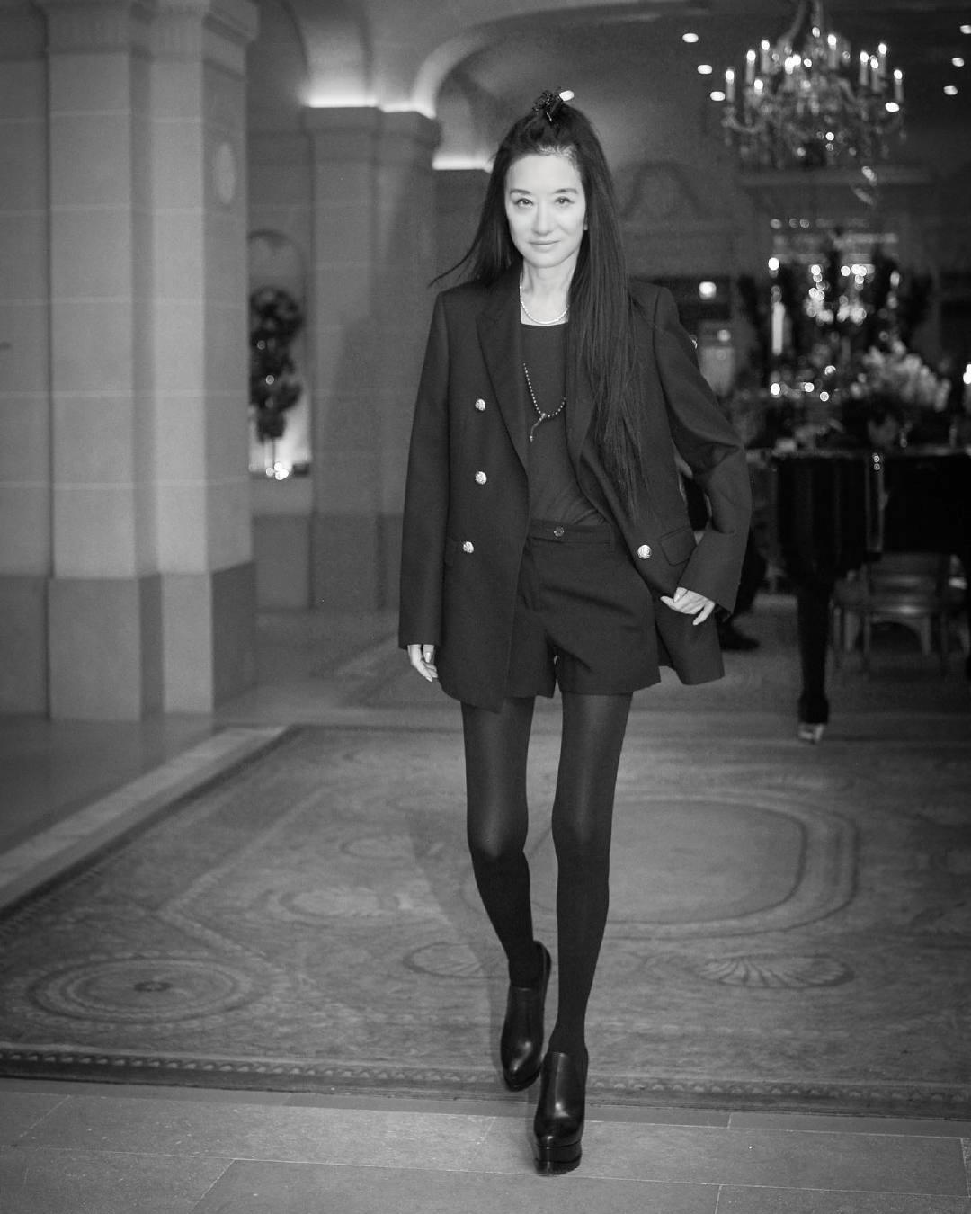 """原创             王薇薇不顾72岁高龄,踩""""驴蹄鞋""""走红毯,配一身黑身材成焦点"""