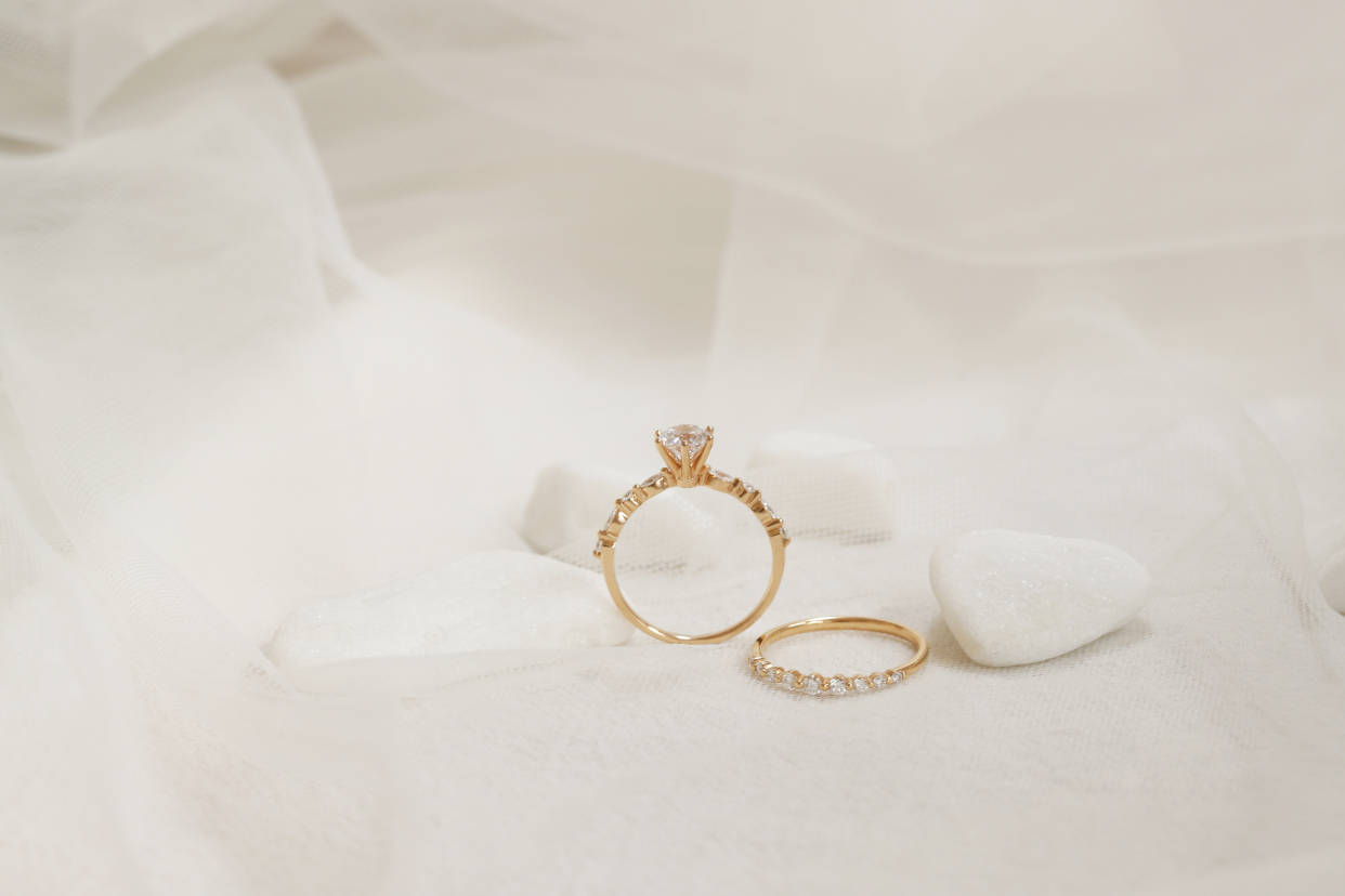 结婚买黄金戒指还是钻石戒指?