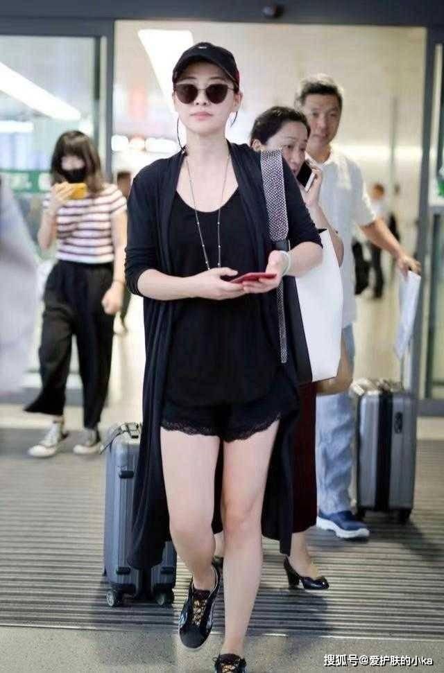 原创             梅婷私服比小姑娘还潮,一身黑看似简单却不普通,时髦又显身材