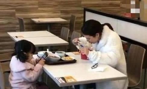母女俩在服务区吃饭,看到食物的差距,路人摇头:为孩子未来担忧