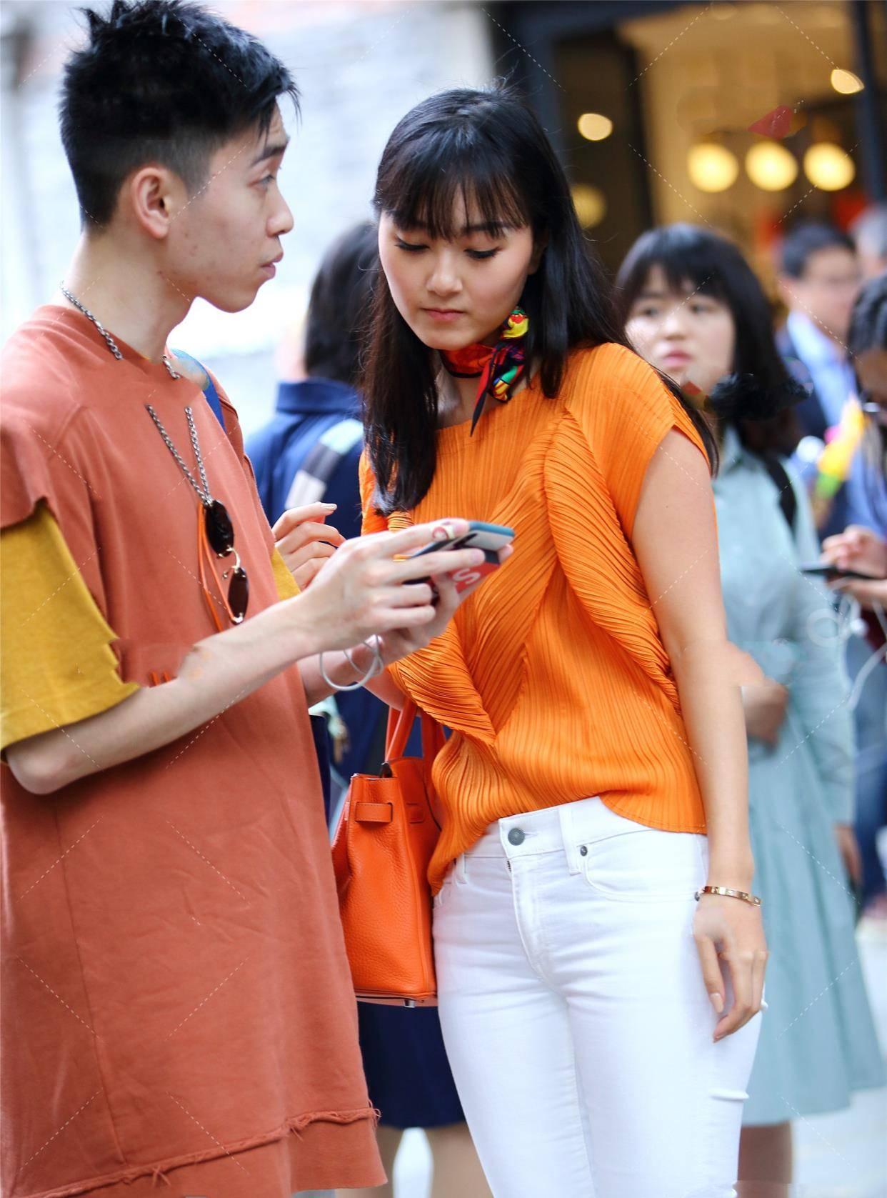 橘黄色长衫搭配橘黄色方巾,显眼又不失时尚,还带