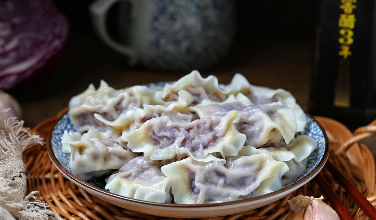 紫甘蓝别老拌沙拉了,包饺子味道倍儿鲜美,颜色亮丽看着就有食欲