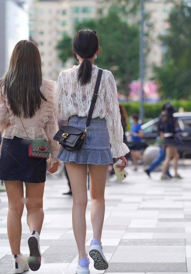 白色蕾丝V领衣搭配牛仔短裙,款式独特,满满设计感!