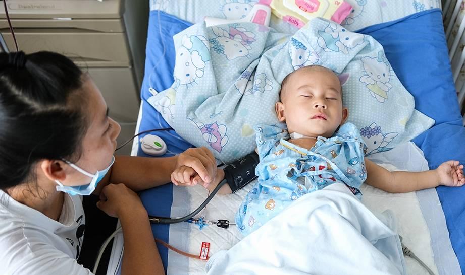 """1岁宝宝体内肿瘤""""疯""""长,手术后父母崩溃:想带着孩子一了百了"""