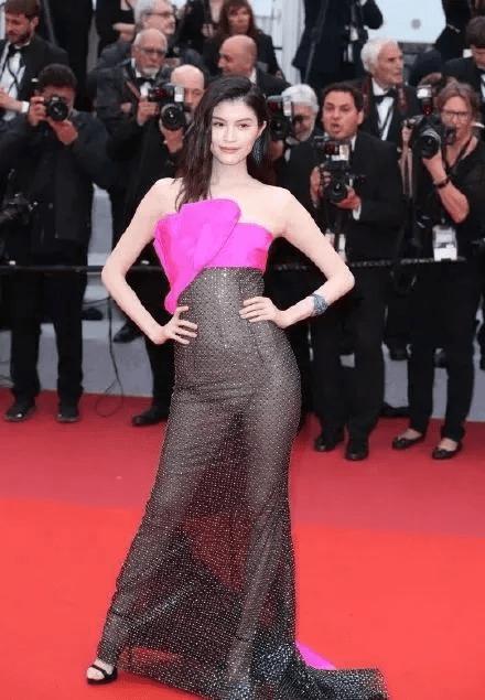 图片[28]-国内女星走欧洲三大红毯,铆足劲好精彩,有人土到国外,有人争光-妖次元