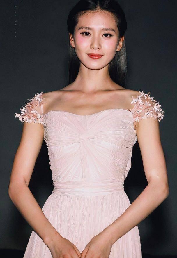 24岁的刘诗诗美到认不出,''天鹅颈''让人羡慕,吴奇隆好福气