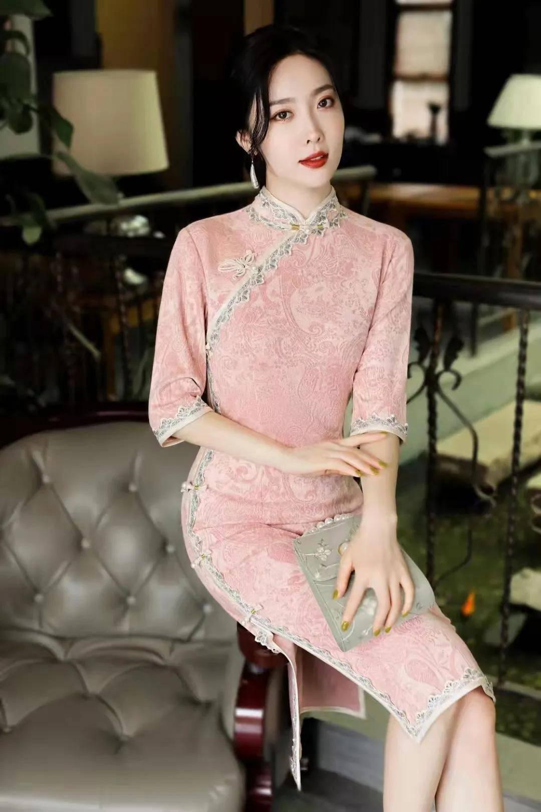 一袭粉色印花旗袍,会让你留下粉红色的回忆,浪漫整个秋季!