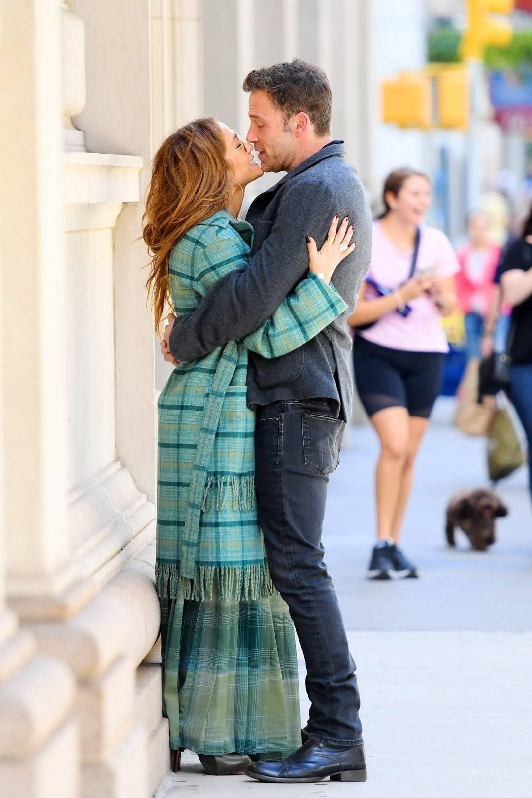 蝙蝠侠大本和52岁女友约会,大街上就亲起来,完事后乐得笑开了花