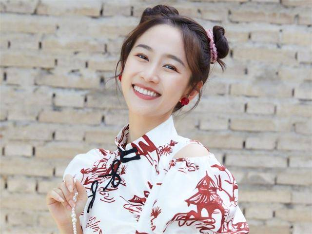 """30岁""""严莉莉""""刘美含丸子头亮相时装周,时隔多年依然少女感十足2"""
