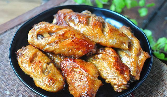 做法|比烤鸡翅更简单,不煎也不炸,外焦里嫩入口脱骨,好吃易消化