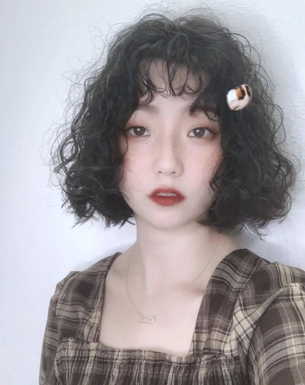 女人过了30岁,烫卷发洋气时尚不落伍,美到让你想不到