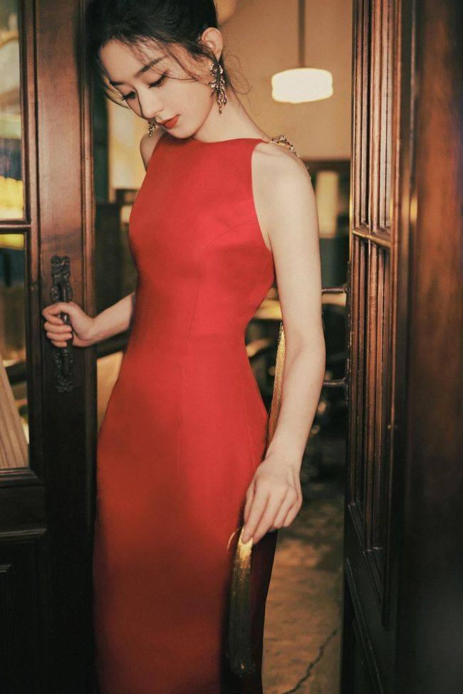 """赵丽颖""""再上巅峰"""",红色露背金色雕刻风长裙,展现妩媚的东方美裙装裙子粉色"""