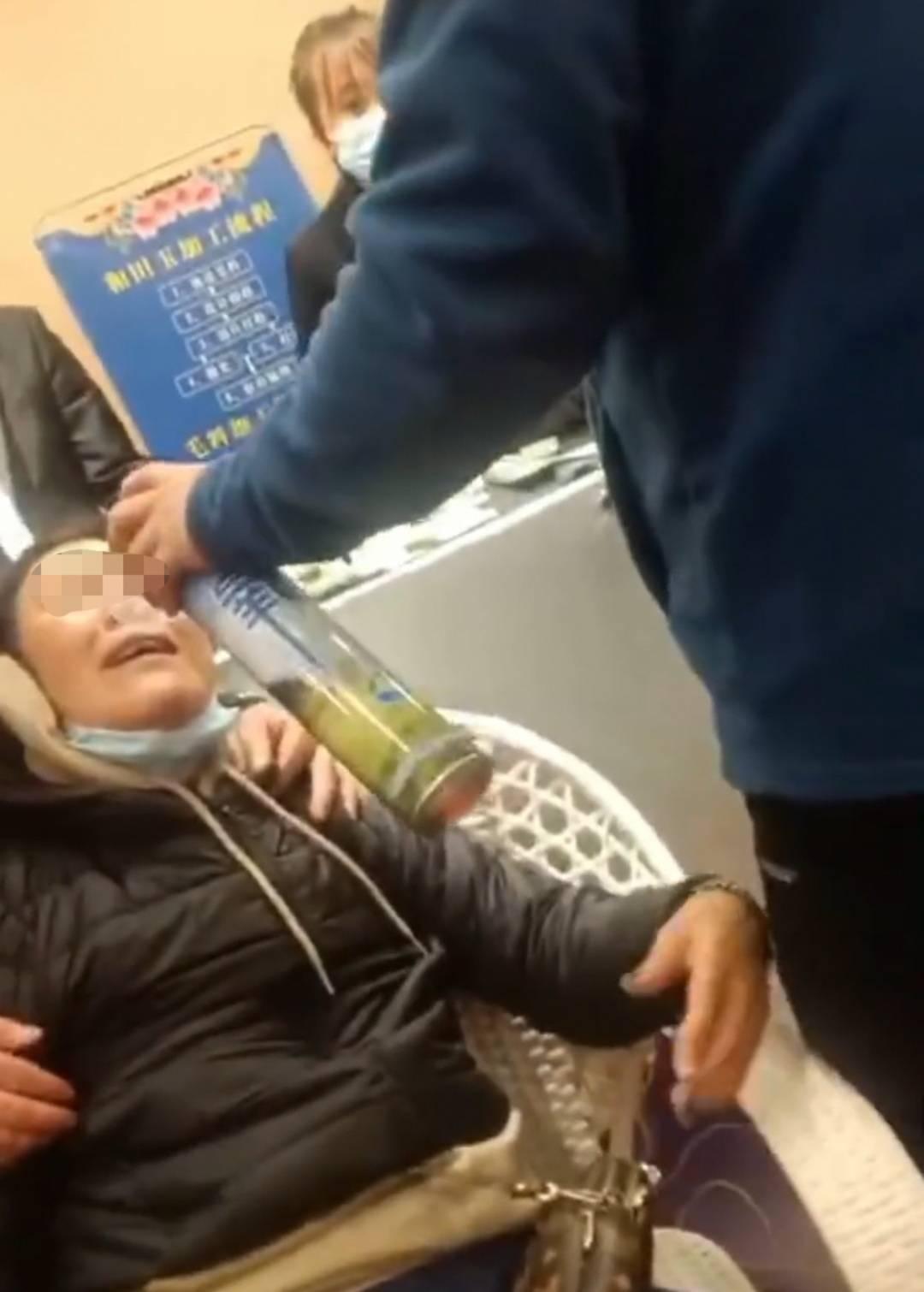 九寨沟一名老年游客因为没买玉器,被导游骂得全身发抖喘不上气