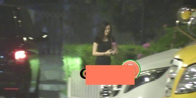 王菲女儿李嫣近照曝光,带着近万元包穿露脐装,装扮成熟不像15岁