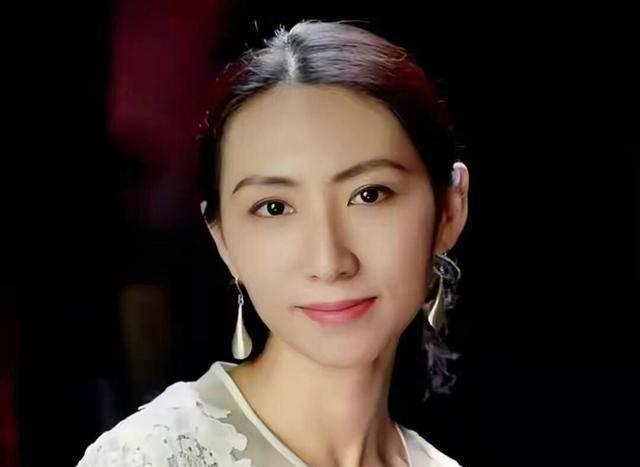 她18岁考清华,33岁年薪百万,37岁替世界首富花钱,还4年生3娃